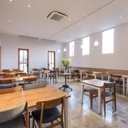 開放感のあるフロアは立食80人、着席40席、30名~のパーティに対応可能。コース料理には+1500円で飲み放題も付けられ、様々なシーンで大活躍です。人数やご予算については店舗スタッフにご相談を。