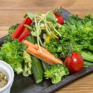 青森県産のニンニクをふんだんに使ったバーニャカウダソースが特に美味しくて人気。野菜は地場野菜中心で、旬のものが使われているため、季節や仕入れ状況で種類が異なります。