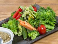 旬の野菜をニンニクが効いたソースで!『地場野菜のバーニャカウダ』
