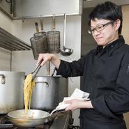 料理が美味しいのは当たり前のこと。お客様をおもてなしするサービスに力をいれています。お帰りの際は、必ずお見送り。カウンターに座られた方にはきさくにお声掛けしています。