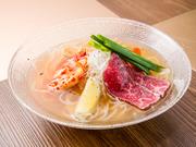 透き通ったスープの、あっさりとした風味の冷麺です。麺の絶妙な食感と、のどごしを楽しめます。