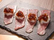 片面だけ焼いたブリスケに、大根おろしとポン酢ジュレを乗せた逸品です。お肉をあっさりと味わえます。