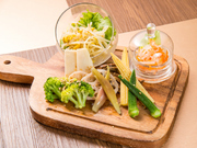 季節の野菜をたっぷりと使用した、ナムルの盛り合わせです。色鮮やかでヘルシーな前菜を、焼肉と一緒に頂きましょう。