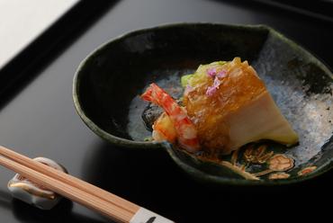 カツオの効いた土佐酢で味わう『鮑と車海老、蓮芋土佐酢ジュレ』
