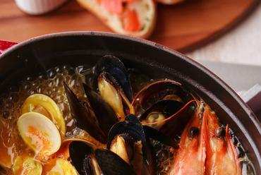 新鮮な魚介の旨みが詰まった香り高いスープが絶品。フレンチの海鮮鍋『ブイヤベース』