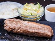 肉の旨みがグッと凝縮!甘みのある脂が「ジュワ」っとあふれる『岩盤焼き サーロインステーキ 200g』