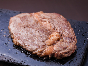 とろける柔らかさの上品な味わい。甘い脂と繊細な肉質のバランスが絶妙な『リブロースステーキ 200g』