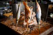 舞阪漁港や北部市場から直送される新鮮な魚を炭火で香ばしく焼き上げた一品。金目鯛やサバ、真鯛などの魚を串に刺し、豪快に焼かれます。炭の輻射熱を使用して焼くため、表面はカリッと、中はふっくら。
