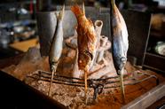 外はカリッと、中はふっくらと美味しい『漁港直送鮮魚の炭火原始焼き』