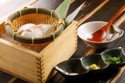 北海道産の大豆と沖縄のにがりを使用して丁寧につくられる手づくりの逸品。大豆の風味が豊かで、濃厚な味わいです。シンプルに岩塩、または特製のお出汁でどうぞ。