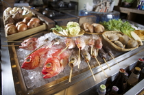 漁港直送の鮮魚や季節の野菜など、旬の食材をふんだんに用意
