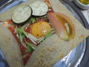 トマトベースのソース・玉葱・チーズ・卵の入ったガレットです。