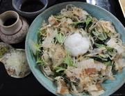 大根おろしに水菜とワカメ、花鰹が乗った蕎麦です。出汁を掛けてお召し上がりください。