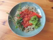 トマトソースに揚げ茄子がトッピングしてあります。揚げニンニクはお好みで。