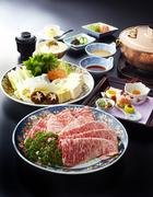 脂の旨みが特長の神戸牛を、しゃぶしゃぶで贅沢に頂きます。自家製のポン酢とごまだれが決め手。季節の野菜と一緒に味わうお肉は、格別です。(単品)神戸牛しゃぶしゃぶ、京都産宇治茶そば 14,500円