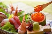 色とりどりに盛られた鮮魚が印象的な刺身盛合せです。日本全国から獲れたての鮮魚が朝3時に当店に向けて出発致します!その日のうちにお刺身でお召し上がり頂けます。