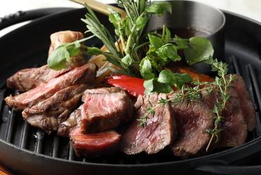 『牛盛り合わせ グリル野菜とともに』ランプ(75g)ウチモモ(100g)サーロイン(100g)を一皿で