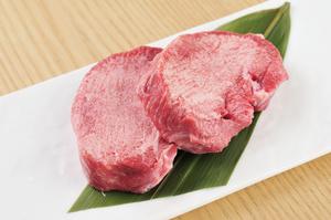 豪快に目の前で分厚くカット、味わいだけでなく臨場感も楽しめる『厚切り牛タン』