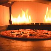 店内特設の石窯で、高温で焼くからこその味わい