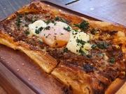 『タルトフランベ』とは、フランス・アルザス地方の郷土料理で、食事にもおつまみにもなり、チーズなどを塗ったパイ生地にベーコンや野菜などをトッピングした軽い食感のピザのようです。常時10種類用意。