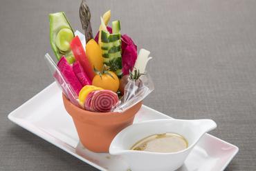 旬な野菜と、アンチョビの香りが巧みに引き立てられた『バーニャカウダー』