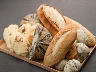 シェフが生み出す天然酵母を使用した『自家製パンの盛り合わせ』