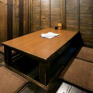 少人数に最適な掘りごたつ個室、テーブルタイプの個室、大人数が一度に入れる広間など、さまざまなシーンや人数に対応できる個室が複数用意されています。個室は人気があるので、早めの予約がおすすめ。