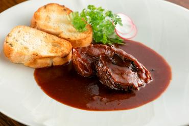 3日間かけてじっくりと煮込み、箸でほぐれるほど柔らかくとろける『牛ホホ肉赤ワイン煮』