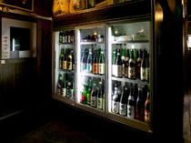 日本津々浦々から集められた、ずらりと並ぶ日本酒