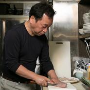 肩肘を張ることなく、ゆったりと楽しい時間を過ごしていただくことがモットー。日本酒の種類を豊富に揃えているので、好みのお酒と料理を合わせてくつろいでいただける、空間づくりも大切にしています。