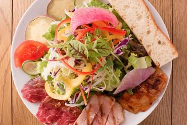 『ごちそうサラダ』はお肉が3種類乗った贅沢な一品