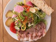 豚ロースの低温グリルがクセになる『カフェドポークサラダ』