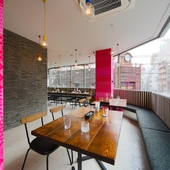 ピンクのワンポイントが映える、おしゃれな空間