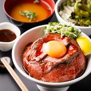 脂肪が少なく柔らかい赤身肉を使用。温玉トッピングがオススメです!