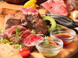 話題沸騰の塊肉をお楽しみ頂けます。牡蠣・大正海老・地鶏・ステーキが入ったプラン!3時間飲み放題付き♪