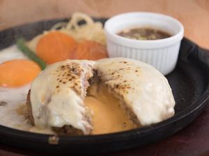 2種類のチーズがとろりと濃厚!『Wチーズ鉄板ハンバーグ』