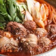 女性に人気!『骨付きもも肉と鶏団子のトマト「赤ワイン鍋」』