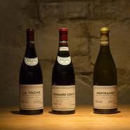 200種類以上が揃うというワインはその99%がフランス産。さらに、シンプルな料理との相性を考え、その大多数をブルゴーニュワインが占めるといいます。赤、白、泡とグラスワインも用意。