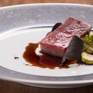 脂と赤身のバランスのよいA5ランクの広島牛のイチボ肉を使用。フライパンで表面に火を加えたのち、オーブンへ。火入れと寝かしを繰り返し、熱を加えることで柔らかな食感を引き出しました。赤ワインソースで。