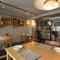 シェフとゲスト、キッチンと客席の距離感が近い、和やかな雰囲気