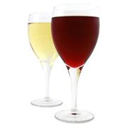 鮮やかなルビー色で、果実やハーブの香りがひときわ際立っています。まろやかなコクやさしい渋みをもつ軽快で飲みやすい赤ワインです。