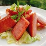 ソーセージとベーコンに玉葱の旨味を活かしたシンプルな焼き料理