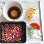 十勝・上士幌町育ちの和牛肉を特製のタレ、卵黄、白髪葱等の薬味と絡めて頂く、肉屋のユッケです。