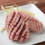 上質な北海道牛のタンの根本部分だけを贅沢に厚切りカットしてご用意。厚みに反し食感はとろっと柔らかく、一度食べると忘れられないTAMURA人気の一品です。