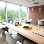 ビジネスシーンでも、焼肉×南欧料理のコラボは活躍。最高等級の和牛料理、新鮮な驚きに満ちる創作タパス、ワイン通もうなるリストで、大事な接待を演出できます。眺めのいい部屋、完全個室など、空間も多彩です。