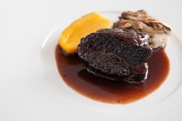 凝縮された赤ワインと牛肉の旨みを味わう『国産牛ホホ肉の赤ワイン煮』