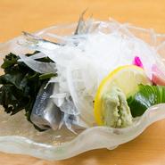 新鮮な「ままかり」を酢でさっと〆、山葵醤油でいただきます。酢で〆ることで「ままかり」の旨味が、更に引立った上質な逸品。