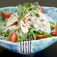 やわらかくシャキッとした食感が魅力の「連島れんこん」を使用。笠岡市ワコーファームから入荷する有機無農薬栽培のリーフレタスと一緒にどうぞ。 (写真はイメージです)