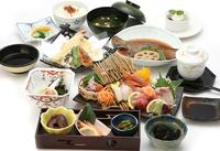 ・小鉢三種・造里五種・煮物日替り・茶碗蒸し・揚物・酢物・御飯・赤出汁・香物・水物