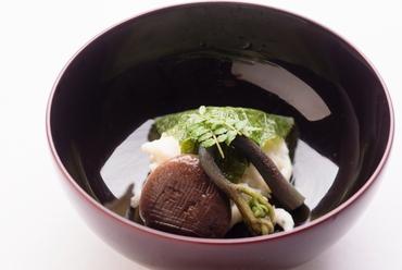 風味豊かな白魚の真丈を桜の葉で包んだ『煮物椀』